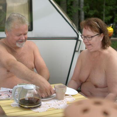 Timo ja Asta Nuppola aamiaisella.