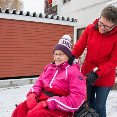 Anne Kinnunen ja Liisa Juntunen palvelutalon pihalla.