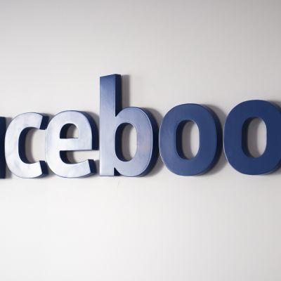 Facebookin logo seinällä.