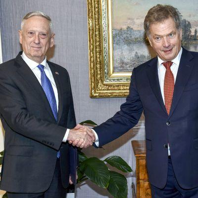 Puolustusministeri James Mattis ja Sauli Niinistö kättelevät