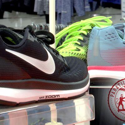 Niken urheilukenkiä esillä kaupassa.