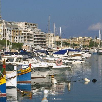 Veneitä Maltan satamassa.