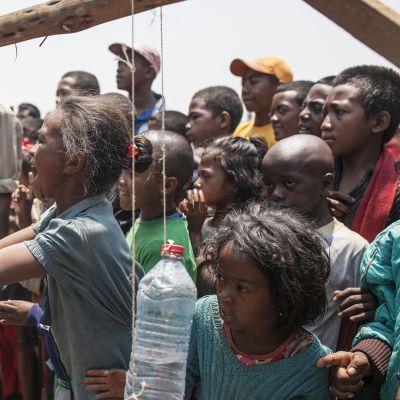Käsienpesukoulutusta madagaskarilaisessa yhteisössä Antananarivon liepeillä.