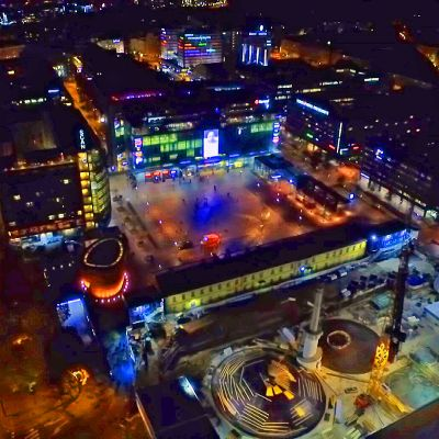 Kampin kauppakeskuksen alue kuvattuna illalla yläilmoista.