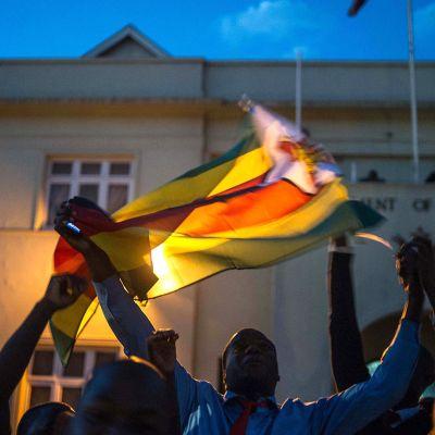 Hararen asukkaat juhlivat presidentti Robert Mugaben eron johdosta 21. marraskuuta.