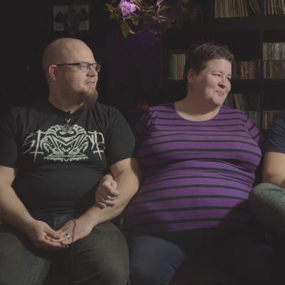 Paula Hassel, Antti Simola  ja Erkki Saira istuvat yhdessä olohuoneensa sohvalla