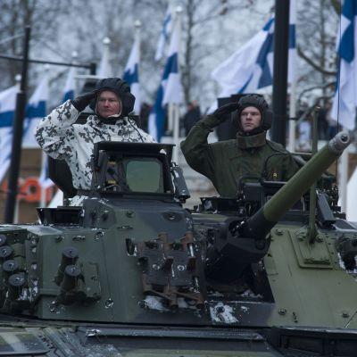 Panssarivaunu paraatissa.