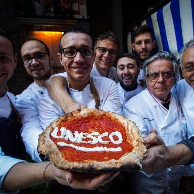 Napolilaiset pizzantekijät riemuitsivat maailmanperintökohteeksi pääsyä.