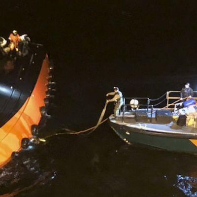 Merivartioston sukeltajat valmistelevat luotsiveneen kääntöä Suomenlahdella 8. joulukuuta.