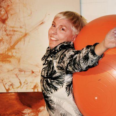 Kuvassa Raisa Foster ja oranssi jumppapallo