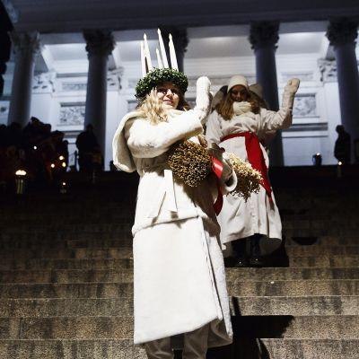 Suomen Luciaksi kruunattu Ingrid Holm lähdössä Helsingin Tuomiokirkosta Lucian kruunajaisista Helsingissä tiistaina 13. joulukuuta 2016.