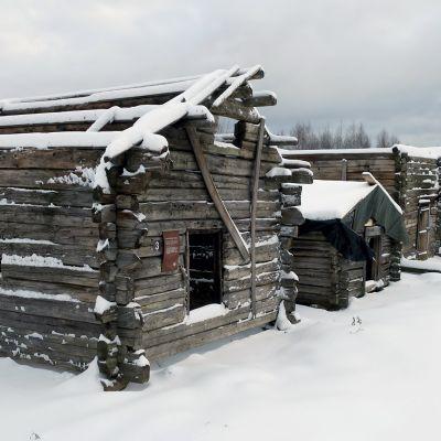 Vanhoja savusaunoja rivissä Jämsän saunakylässä.