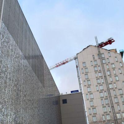 Pysäköintitalo P-Pergamentti ja KOAS:n tornitalo Kankaalla.