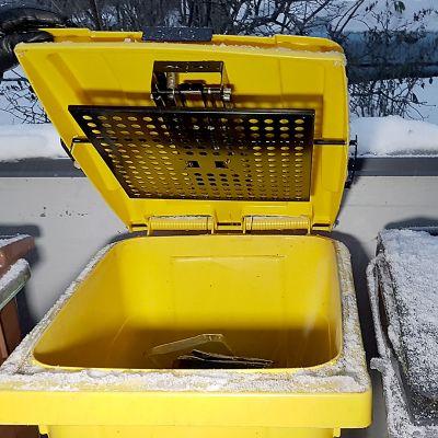 Jäteastia, johon on kiinnitetty jätepusristin kokeilukäyttöön.