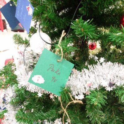 Joulukuusesta roikkuu tuntemattomien lasten lahjatoiveita