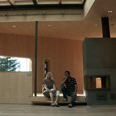 Mies ja nainen katselevat tyhjää taloa