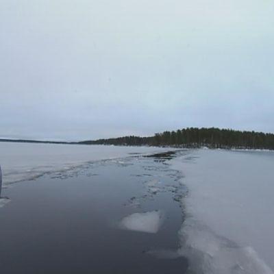 Vene jäiden keskellä järvessä.