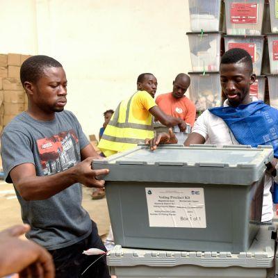 Vaalikomission työntekijät valmistelivat äänestyspaikkaa Liberian pääkaupungissa Monroviassa 25. joulukuuta.