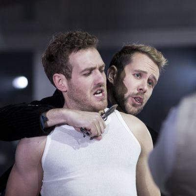 Härkätaistelija Escamillo (Torikka) ja Don José (Fuerness) ajautuvat taisteluun Carmenista.