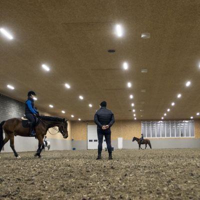 Ratsastuskeskus Lupis, lämmitetty ratsastushalli, maneesi, Kiuruvesi