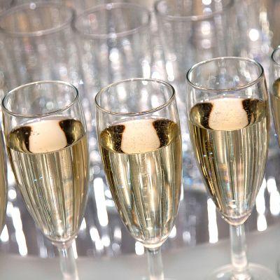 Kuohuviiniä laseissa.