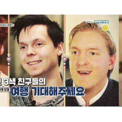 Neljä miestä katsoo kameraan.
