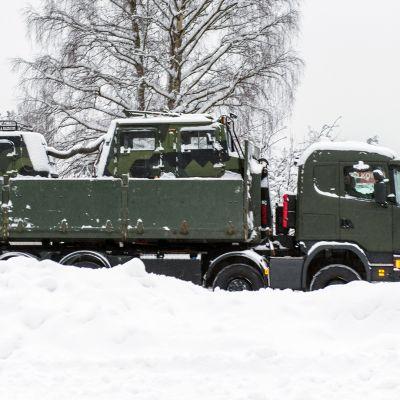 Puolustusvoimien Sisu telakuorma-auto Hyrynsalmen kirkonkylällä valmiina avustamaan pelatusviranomaisia