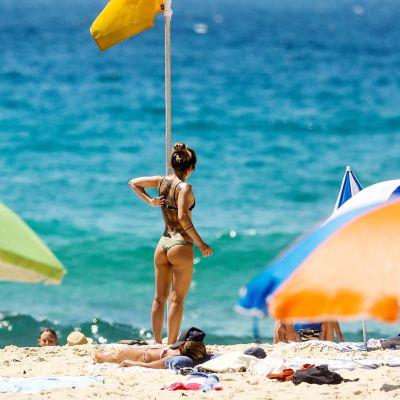 Ihmisiä  Bondin rannalla Australiassa.