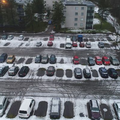 Kerrostalon isohko parkkipaikka ilmasta kuvattuna