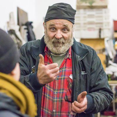 Näyttelijä ja yrittäjä Esko Vatula autokorjaamolla.