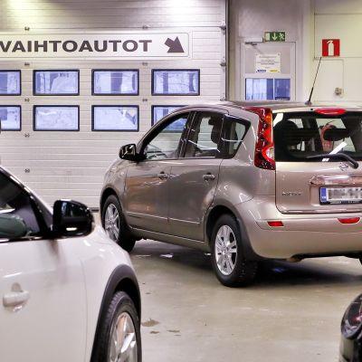 Käytettyjä autoja myynissä.
