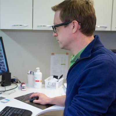 Lääkäri Ville Pöntynen katsoo tekemäänsä Youtube-videota.