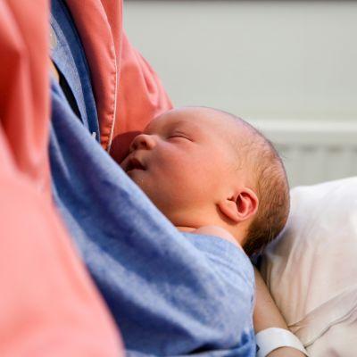 vauva sylissä