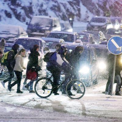 Työmatkaliikennettä Helsingin Itä-Pasilassa tammikuussa.