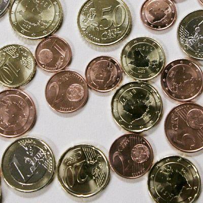 Euro ja pienenmpiä kolikoita.