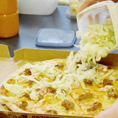 Kotipizzan Härkis burgerpizza sisältää pizzapohjan, tomaattikastiketta, vegaanista juustoa, härkäpapuvalmistetta, salaattia ja vegaani long island -kastiketta. Kuvattu Kotipizzassa Mikkelin keskustassa.
