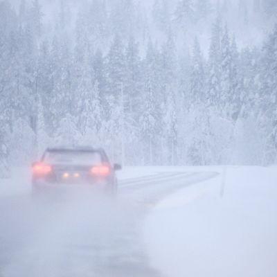 Auto lumisella tiellä.