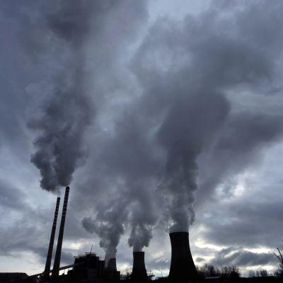 tehtaan piipuista tulee savua