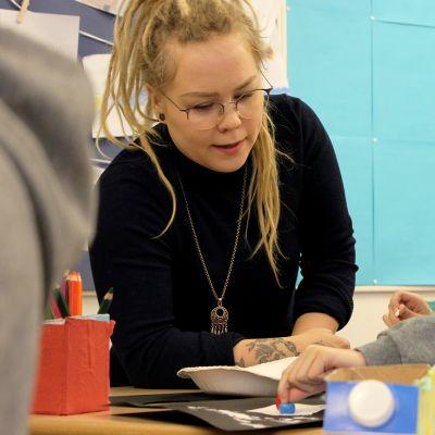 Koulunkäynninohjaaja auttaa oppilasta