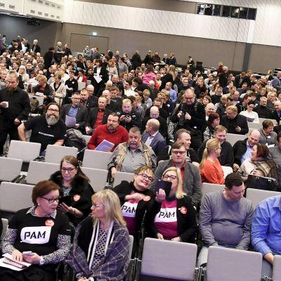 SAK:n liittojen edustajia liittokokouksessa Helsingin Messukeskuksessa.