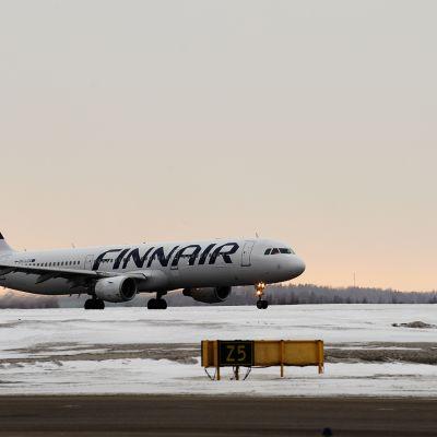 Finnairin lentokone Helsinki-Vantaan lentoasemalla.