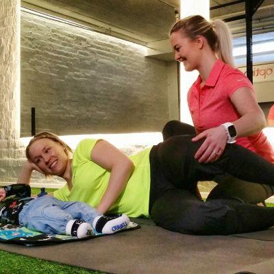 Tiia Toikka treenaa lantionpohjan lihaksia fysioterapeutti Annakaisa Hinkkasen ohjauksessa.