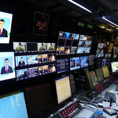 Uutislähetyksen ohjaamo.