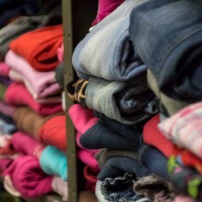 Vaatteita Lappeenrannan Hope yhdistyksen tiloissa.