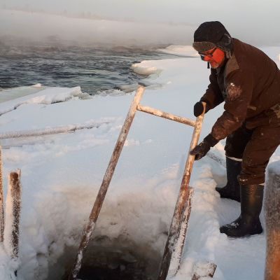 Kalastaja jäällä.