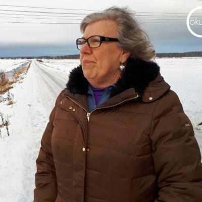 Pirjo Tervonen rentoutuu kävelemällä Ilmajoen lakeuksilla.