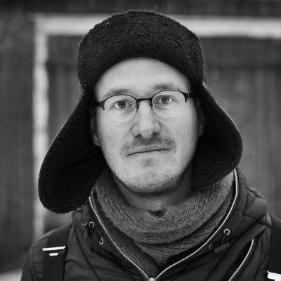 Elokuvaohjaaja Juho Kuosmanen katsoo kameraa.