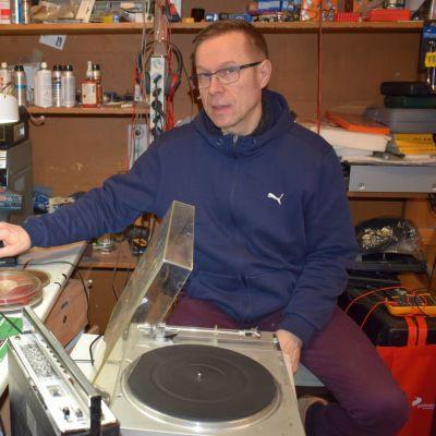 Pertti Hakkarainen huoltaa entistä enemmän jopa 40 vuotta vanhoja laitteita.