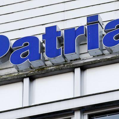Patrian logo talon seinässä.