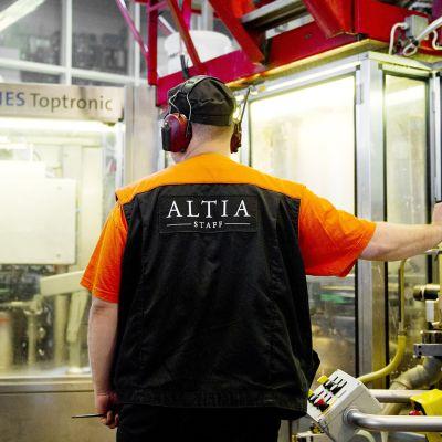 Pulloja pestään tuotantolinjalla Altian tehtaalla Rajamäellä.